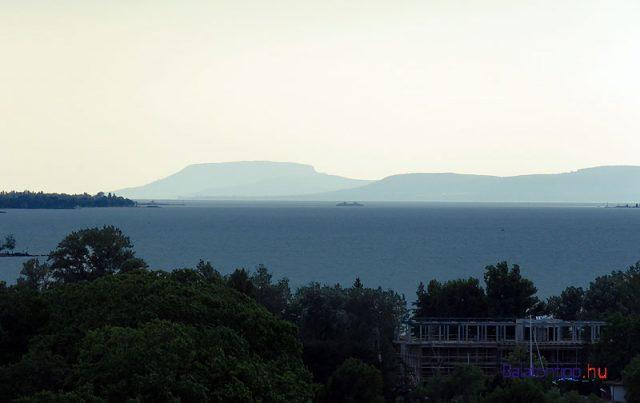 A távolban a Badacsony körvonalai, közelebb egy komp Szántód és Tihany között