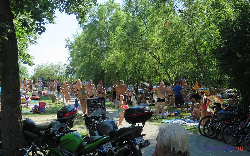 A bicikliket, motorokat a bejárati út két oldalán lehet letenni