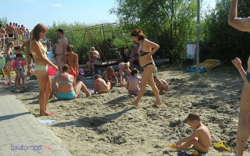 Közvetlenül a víz mellett homokozókat alakítottak ki a parton, amik a vízbe is benyúlnak