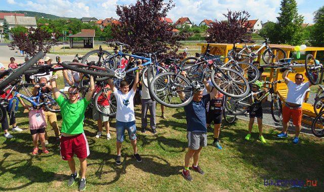 A paloznakiak közös bicikliemeléssel avatták fel a Balaton körül kerékpározóknak szánt ajándékukat