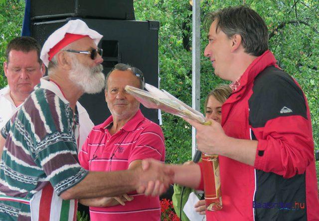 A különdíjas Laci Konyha csapat vezetője átveszi a díjat Bíró Róberttől