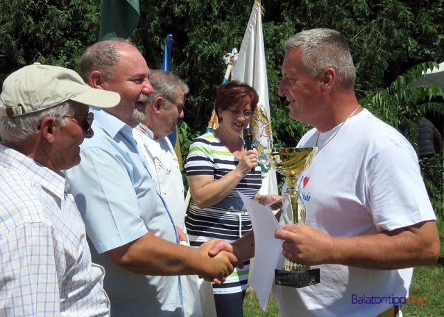 Leidinger József (jobbról) átveszi a 2. helyezettnek járó serleget