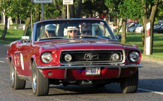 Az utasokból ítélve ez a 68-as Ford Mustang öregen is igazi csajozós kocsi