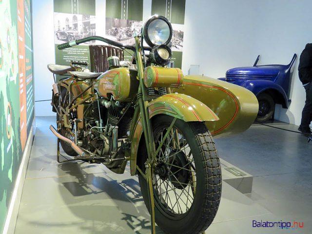 Egy ős Harley-Davidson az Amazon-házból