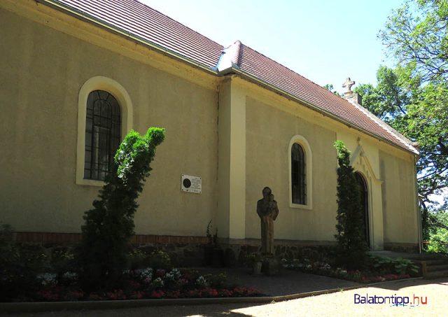 A Kármelhegyi kápolna Szent Antal szobrával