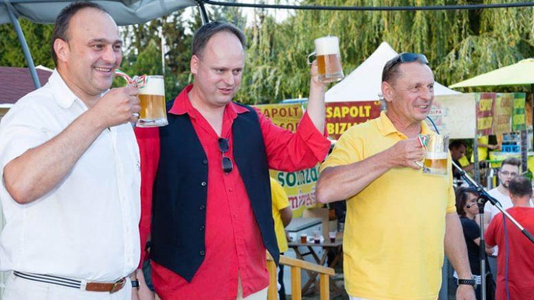 Ez még egy tavalyi koccintás az egészségünkre - Péter Károly polgármester (balról), Katona Csaba sörtörténész és Fekete Tamás, a Blonder Bier Sörfőzde tulajdonosa