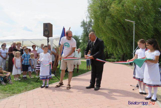 Az avató szalagot Marton Béla (jobbról) és Erdősi Gábor alpolgármester vágta át