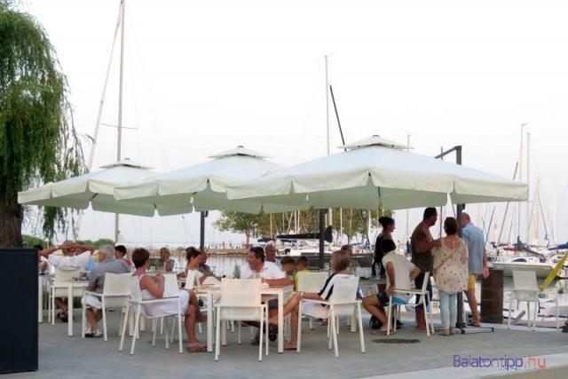 Az étterem vízparti terasza - az árakról talán képet ad, hogy egy 0,33-as alkohol mentes Dreher sör 715 forintba kerül