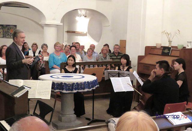 A képen egy másik zenekar a református templomban, Berkes Kálmán klarinétművész aktuális Tokyo-Budapest Esemble csoportja 2015-ben