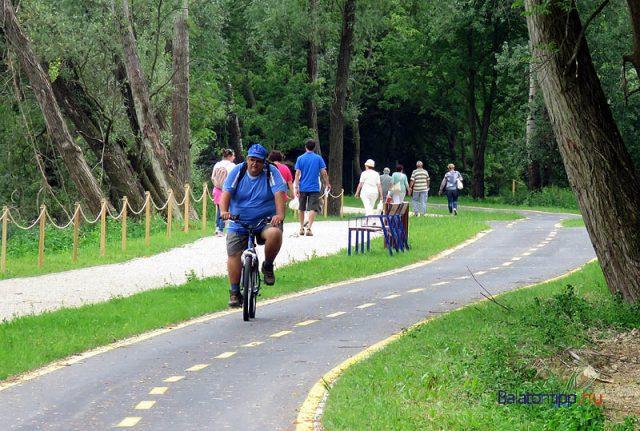 Ezen a szakaszon a sétány mellett már kiépült az önálló bicikliút is