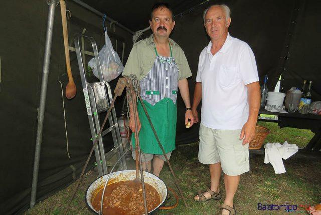 Györöki Vadkanok - Németh István (balról) és Bíró József 15 kilogram vaddisznó húsból készített pörköltet vargányával és vörösborral megvadítva