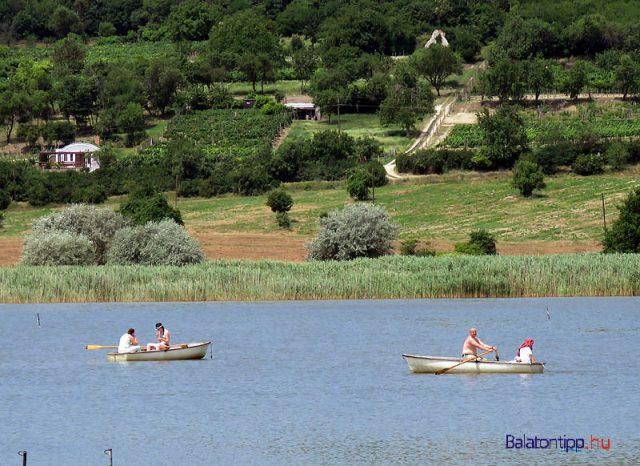 Akár csónakázni is lehetett a Belső-tavon