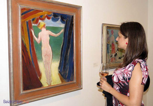 Sőt! Vaszary János - strandsátrak között álló akt nézővel és Gróf Buttler rozéval - kép egy korábbi kiállításról