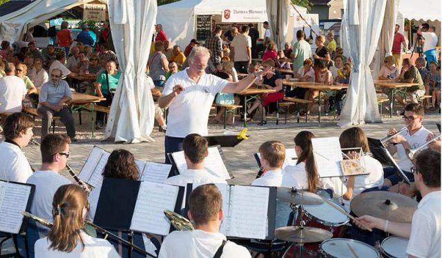 Sörhöz zenés a Zala Balaton-part Ifjúsági Fúvószenekar