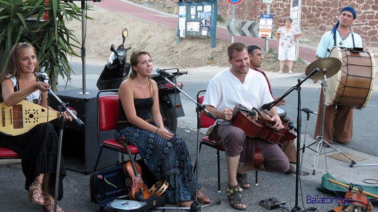A Szelindek együttes utcai koncertje az egyik korábbi rendezvényen