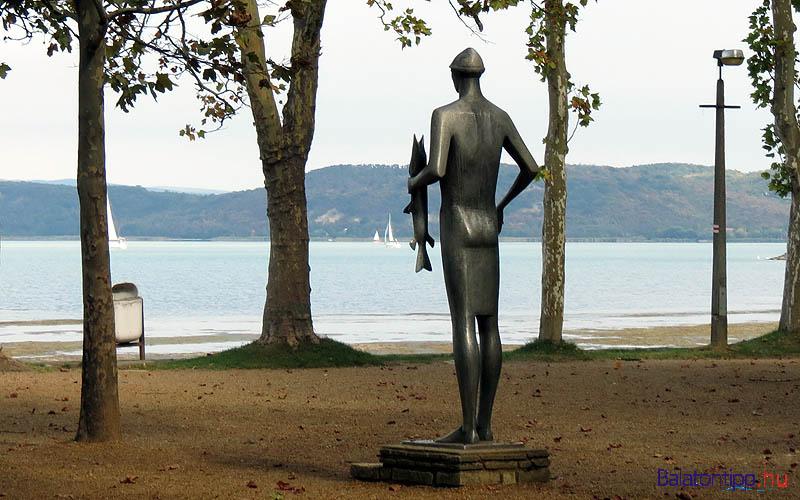 Balatonföldvár - a Halászfiú szobra, Bors István alkotása - a Fesztivál téren, a bicikliút mellett