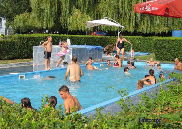 A medencék környéke az idei szezonra csúszás mentes burkolatot kapott