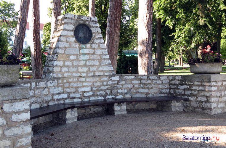 Balatonfüred - Blaha Lujza emlékpad a Tagore sétányon