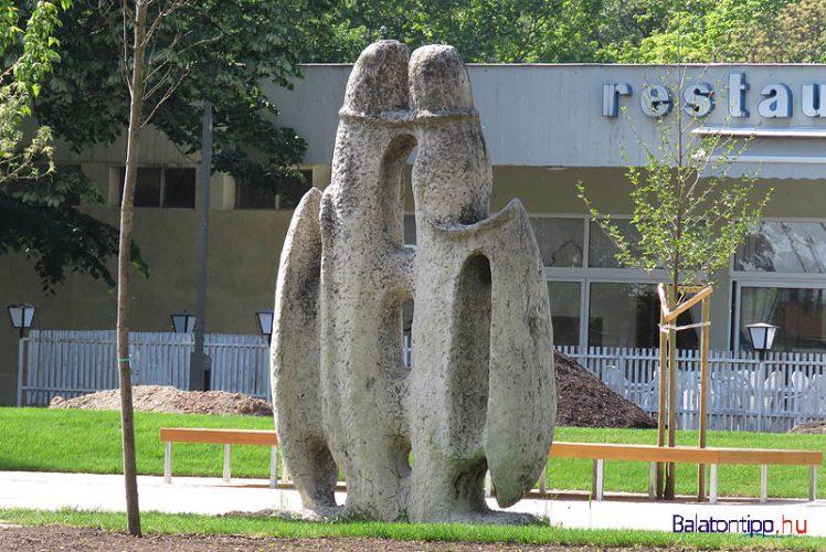 Balatonfüred - Szárnyas fejvadász - szobor a Tagore sétány keleti részén, az Annabella Hotel közelében