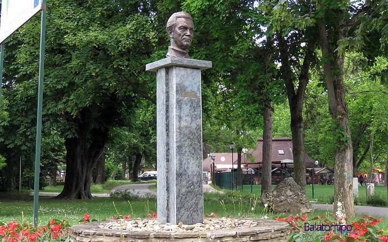 Balatongyörök - Simándy József szobra - a bicikliút mellett
