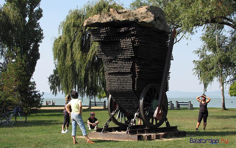 Balatonszárszó - József Attila emlékmű a központi parkban, Ortutay Tamás alkotása - a Balaton-parton
