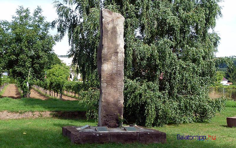 Balatonszepezdfürdő - Sebestyén Gyula emlékoszlop - a bicikliút mellett