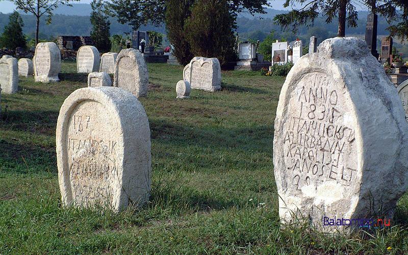 Balatonudvari - temető szív alakú sírkövekkel