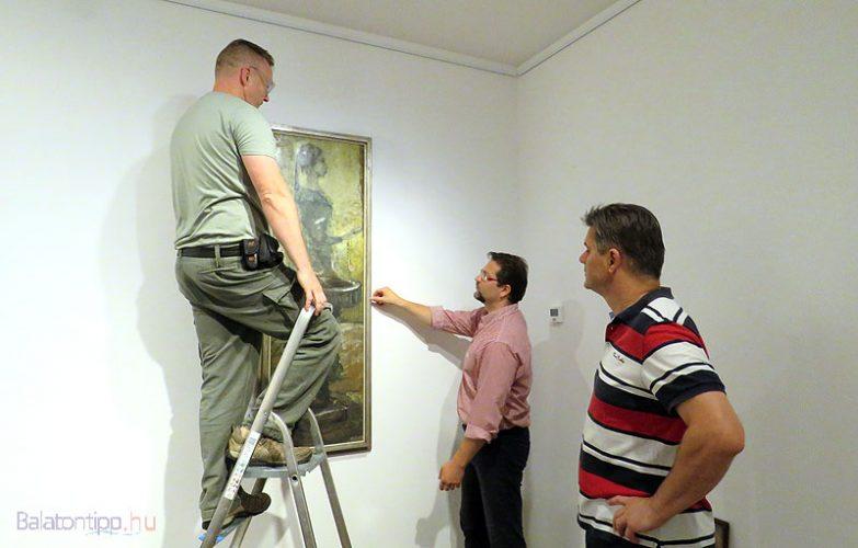 Készül a kiállítás - Csaba Kornél (balról), Marosvölgyi Gábor és Fertőszögi Péter