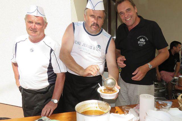 Eitner József (balról), Slemmer József és a sörcsapot kezelő Bertalan Imre, a Hamburger büfé vezetője