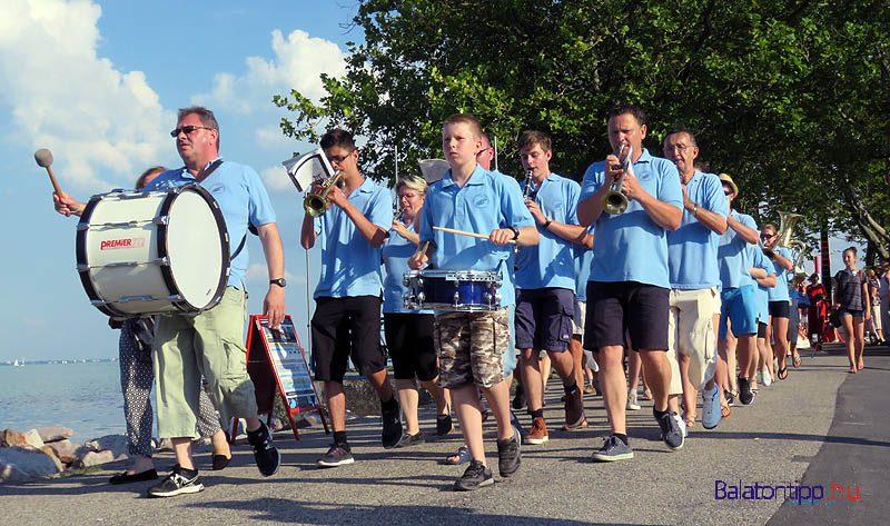 A kikötőből a Balatonfüredi Városi Koncert fúvószenekar vezette a menetet a rendezvény további helyszíneire