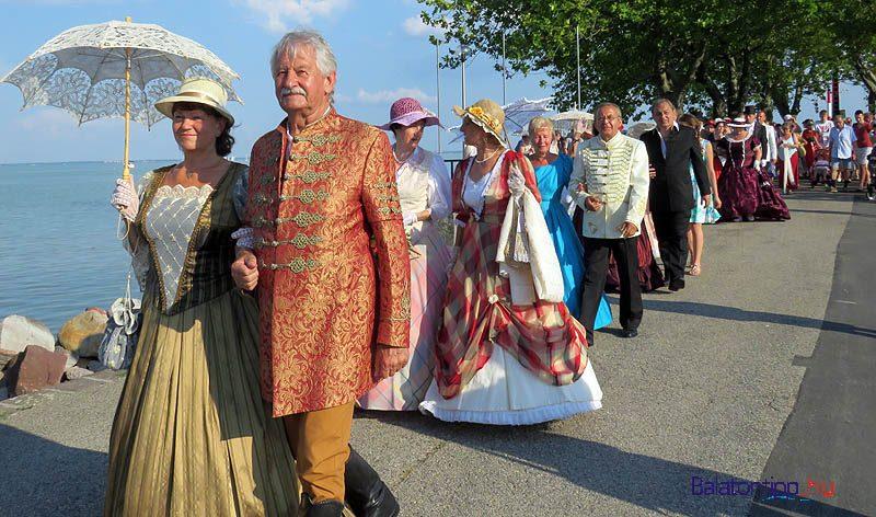 A Balatonfüredi Reformkori Hagyományőrzők a 19. századot idéző ruháikban