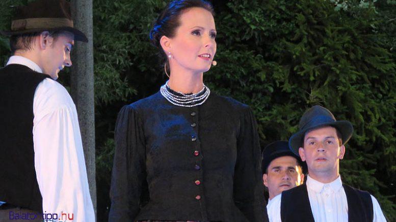 Herczku Ágnes, a darab egyik szerzője énekesként is fellépett