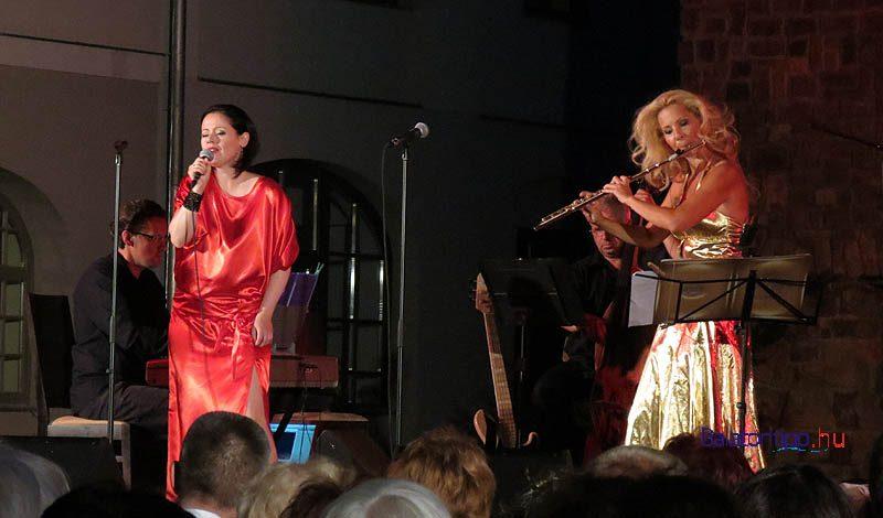 Horgas Eszter (jobbról) és Botos Éva a Class Jazz Banddel egy korábbi koncerten