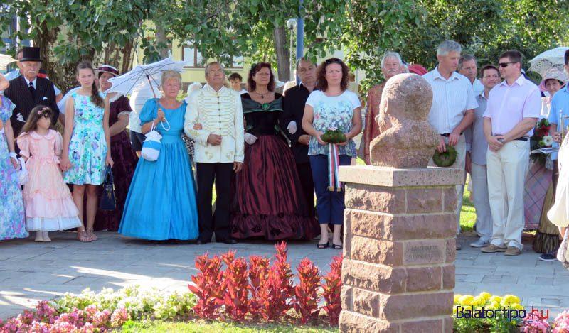 Az ünneplők először a Sirály parkban álló Jókai-szobornál álltak meg