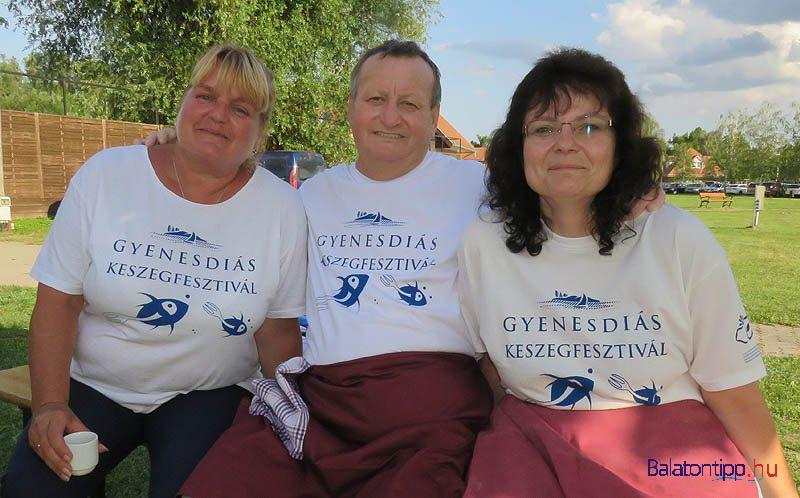 Keresztes József éppen pihenőben két segítőjével, Lengyelné Katival és Volnerné Évivel