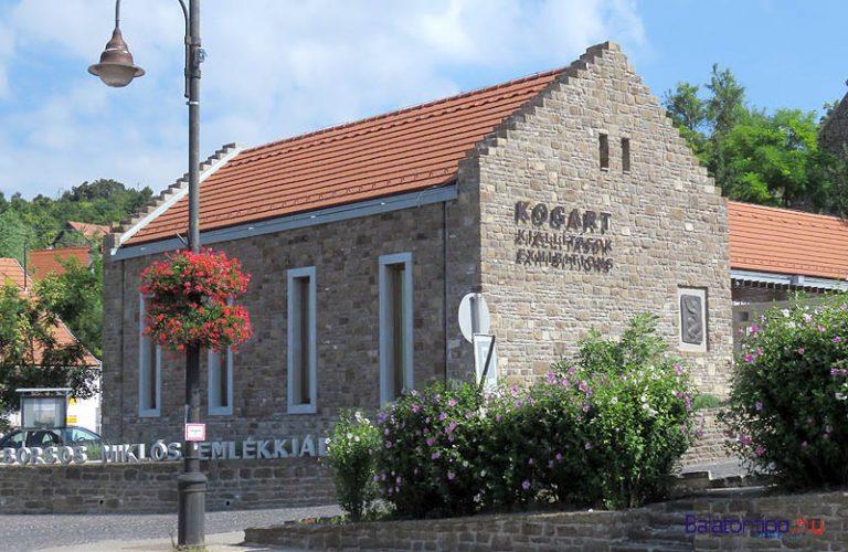 A galéria épület Tihany központjában, a polgármesteri hivatal szomszédságában