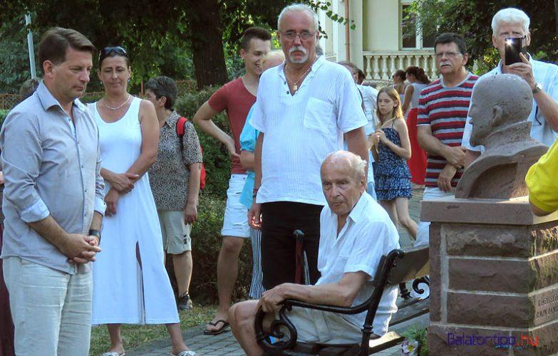 Hebling Zsolt (balról), a padon Mihálkovics Tivadar, a fürdőtelep építő Mihálkovics unokája, mellette nevelt fia, dr. Horváth Péter