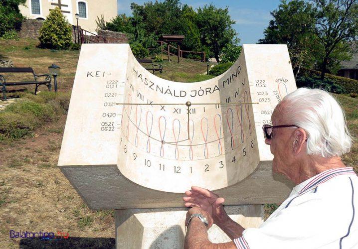 Paloznak - Napóra - a képen látható, 2014-ben elhunyt Ponori Thewrewk Aurél csillagász tervezte - alternatív útvonal a Római úton, vagy egy kilométeres kitérő