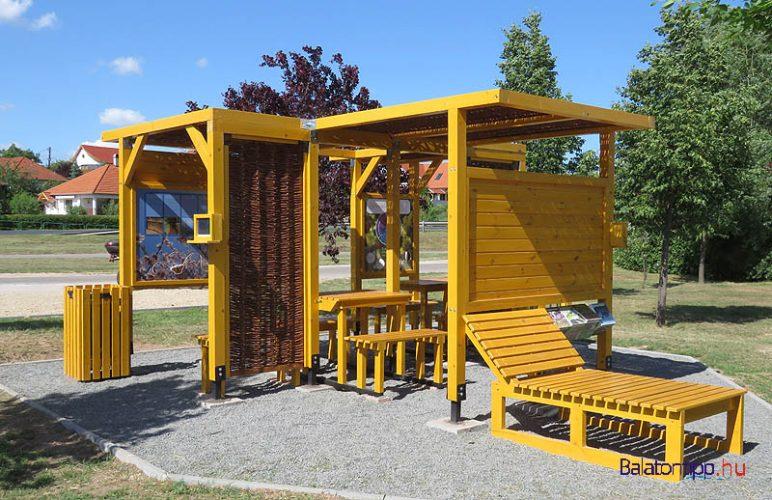 Paloznak - Biciklis pihenő, ahol napelemes telefontöltő is van - a bicikliút mellett