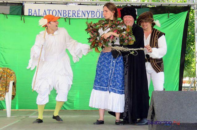 Az első verés előkészítése a Pódium Színpad Ludas Matyi előadásában