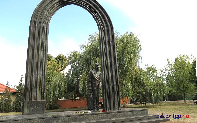 Siófok-Széplak - Károlyi Mihály szobra, Varga Imre alkotása - a Végh Ignác téren, kis kitérő