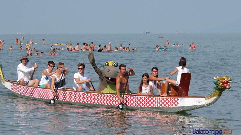 Süsü hagyományosan sárkányhajóval érkezik a fesztiválra