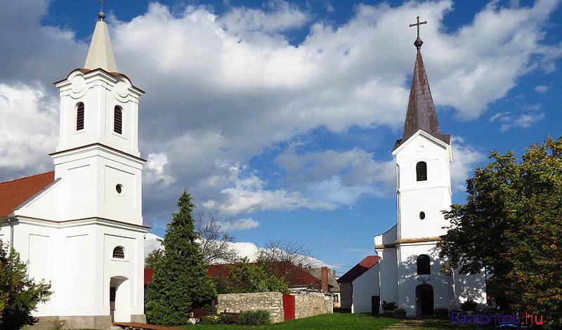 A koncerteket a két templomban, vagy a köztük lévő téren tartják