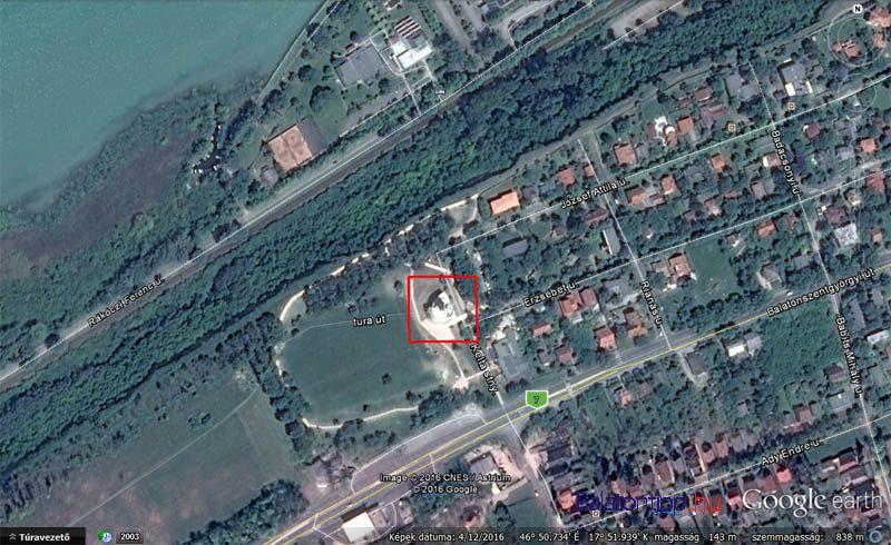 A kilátó Balatonföldvár nyugati szélén, közvetlenül a 7-es főút mellett van