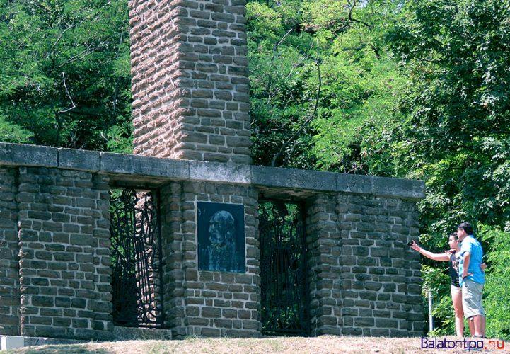 Tihany - Darányi emlékmű az Öregkikötő mellett - az északnyugati parthoz is
