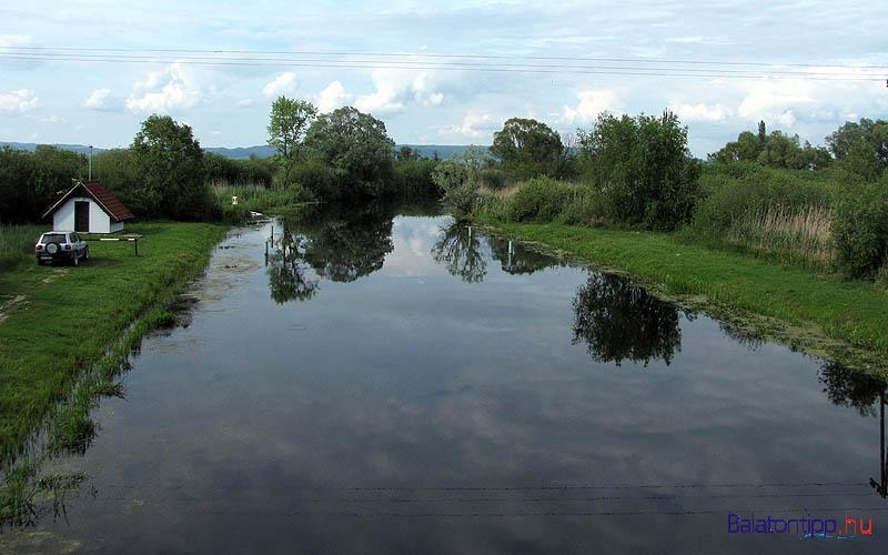A Zala-folyó balatoni torkolata a Zala-hídról, Somogy és Zala megye határáról