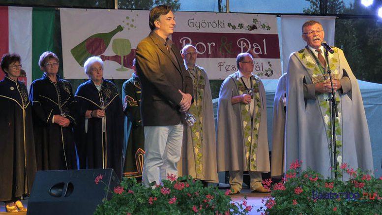 Bíró Róbert polgármester, Szabó István, a Da Bibere Borlovagrend ceremóniamestere és a borrendi tagok a fesztivál megnyitóján