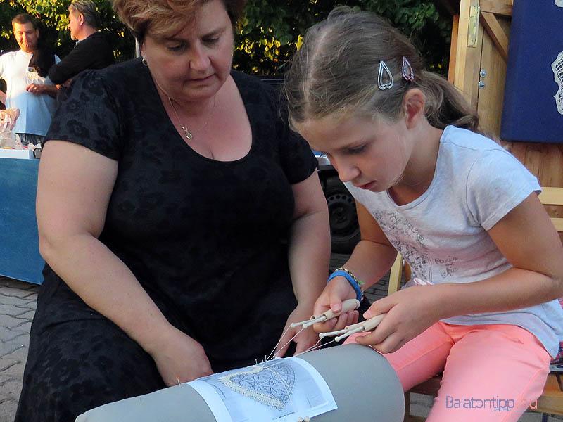 A gyerekeket - de akár a felnőtteket is - az Alsóörsi Csipkeműhely tagjai megismertették a csipkekészítés alapvető lépéseivel