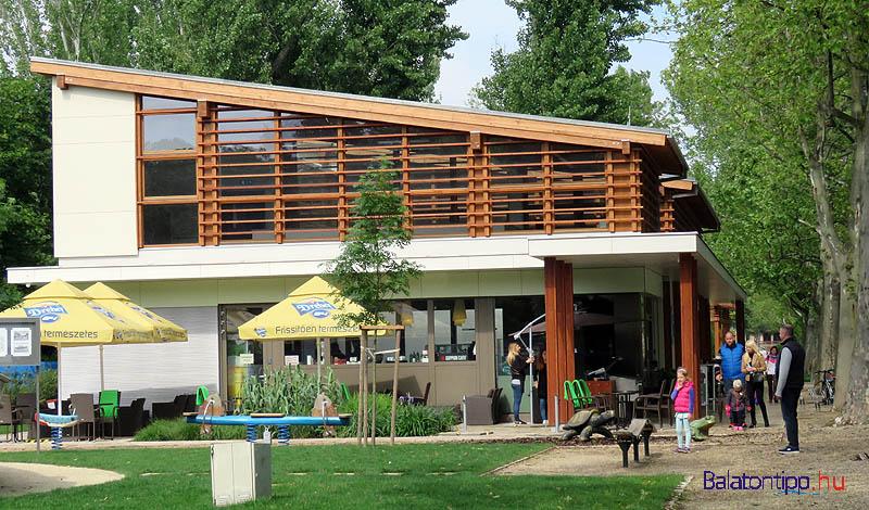 A Bodorka nyugati oldala a kávéházi terasszal és a játszótérrel
