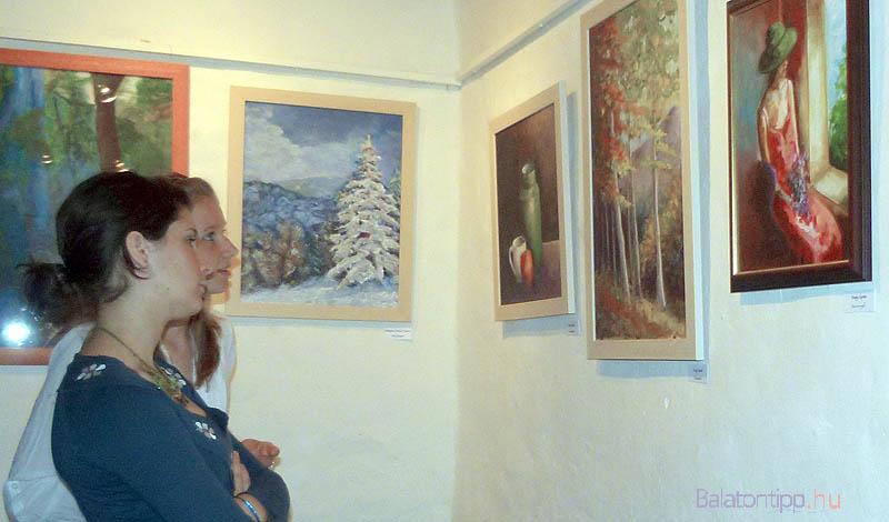 Képek és nézők egy korábbi kiállításról